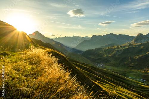piekny-wschod-slonca-i-warstwowe-sylwetki-gorskie-wczesnym-rankiem-lechtal-i-alpy-allgawskie-bawaria-i-austria