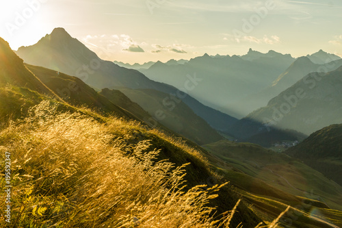 Fotografia  Beautiful sunrise and layered mountain silhouettes in early morning