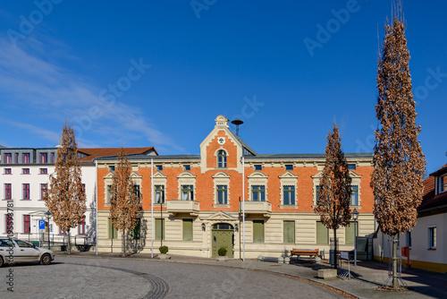 Obraz na plátně  Denkmalgeschütztes Rathaus am Marktplatz von Werneuchen