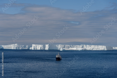 Tuinposter Antarctica Antarctic landscape with expedition ship