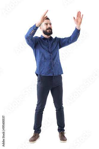 Photo Cheerful cheering happy young business casual man clapping hands looking up and smile