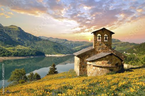 Chapelle au bord du lac Fototapete