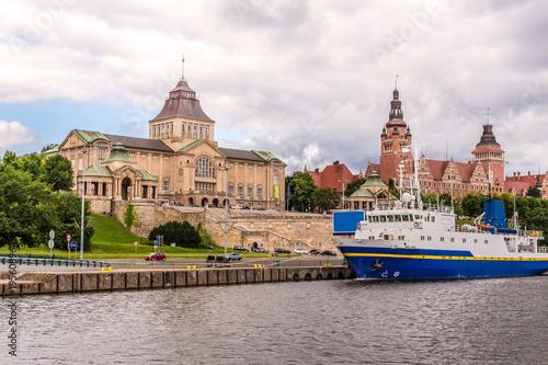 Obraz Szczecin - Stare miasto. Bulwar i wały Chrobrego, oraz rzeka Odra. Widok z nad wody. - fototapety do salonu