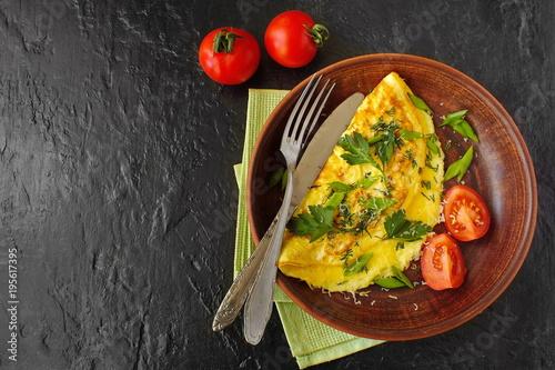 Испанский омлет. Тортилья с зеленью, луком и черри.