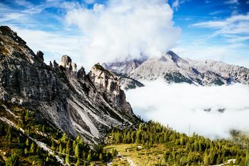 Panel Szklany Podświetlane Eko Grünes Tal umgeben von Gipfeln bei blauem Himmel mit weißen Wolken