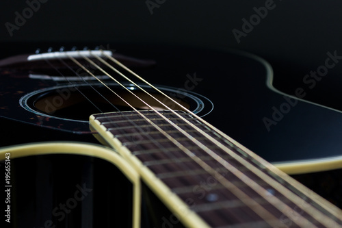 Chitarra acustica su fondo nero Canvas Print