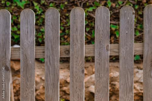 Valokuvatapetti Fotografía de una verja de madera en el jardín de casa.
