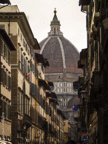 Poster Smal steegje Italia, Toscana, Firenze,il Duomo e una via del centro storico.