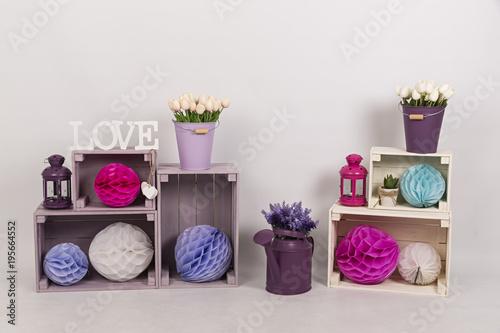 Tulipanes, lavanda, farol, regadera y cajas de madera.