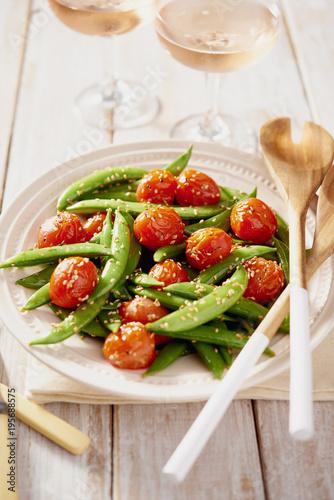 Deurstickers Aromatische Snap Pea and Cherry Tomato Stir Fry