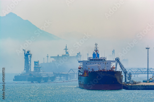 Spoed Foto op Canvas Poort Crude oil tanker under cargo operations