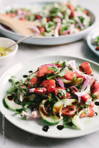 Poster Aromatische Strawberry Cucumber Salad