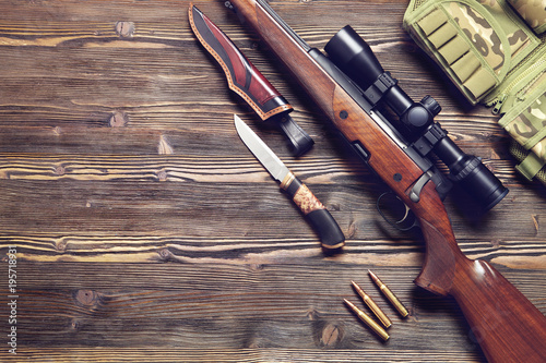 Poster Chasse Hunting equipment on old wooden background.