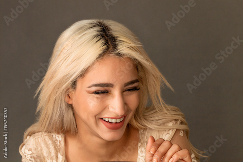 Photo  Gorgeous blonde woman portrait laughing and wearing lace dress