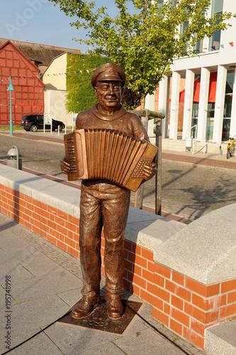 Fotografie, Obraz  Bronzeplastik fidel Schultz im Stadthafen Ueckermünde