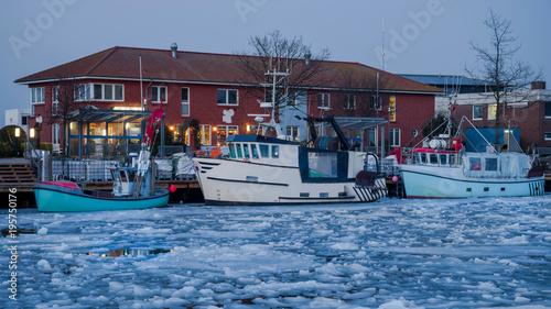 Fischerei auf  Eis gelegt im Winter in Heiligenhafen