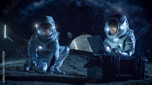 Obraz Two Astronauts Collect Rock and Soil Samples on the Alien Planet. Space Travel and Exploration, Finding Habitable Planet, Colonization Concept. - fototapety do salonu