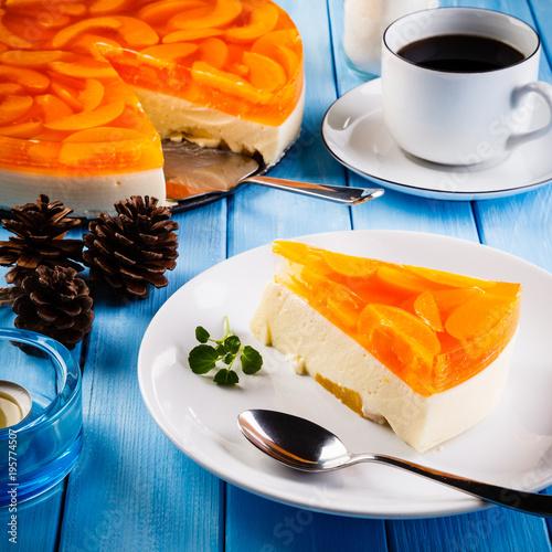 Plakat Słodkie ciasto z owocami i galaretką, scena restauracja na niebieskim deski tabeli