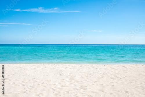Foto auf Gartenposter Strand Sommer, Sonne, Strand und Meer auf einer einsamen Insel in den Tropen