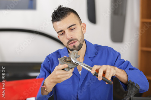 Photo man holding mechanical part