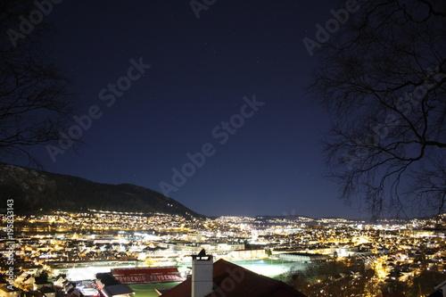 Plakat Bergen w nocy