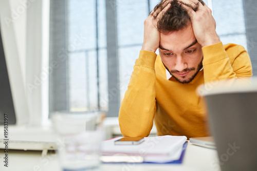 Photo Gestresster Geschäftsmann rauft sich die Haare