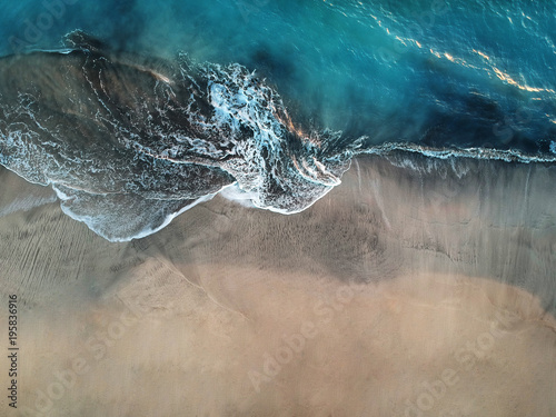 Fotografia Aerial view of ocean waves and fantastic beach in the Canary Island
