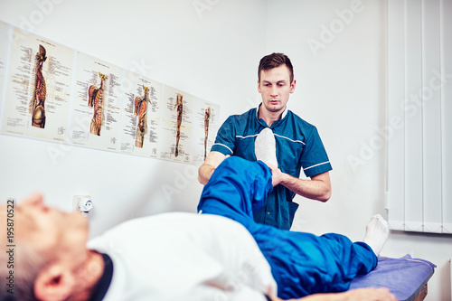 Fotografía  Physiotherapist treating a patient in a patient's office