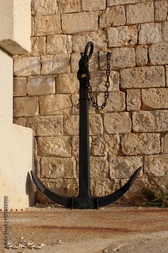Keuken foto achterwand Schip big anchor placed near the old wall malta