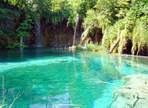 Foto op Plexiglas Groene Beautiful small waterfall