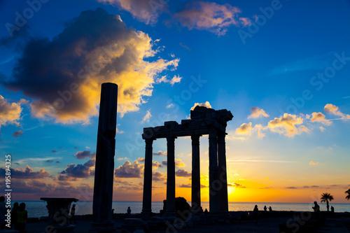 Fototapeta Ruiny starożytnej rzymskiej świątyni podczas zachodu słońca