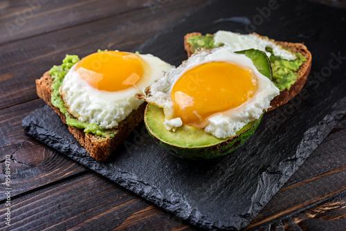 Plakat Avocado i jajeczna grzanka na nieociosanym drewnianym tle