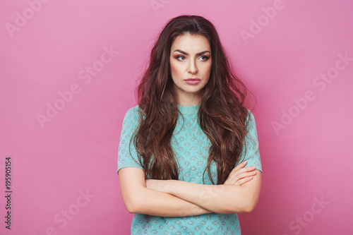 Fotografía  Portrait of displeased upset angry female, being discontent and unhappy as can`t achieve goals, isolated over pink studio background