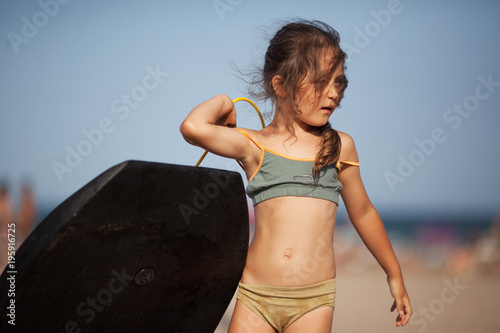 Photo Little girl with surfboard