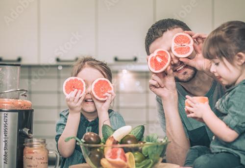 Fotografía  daddy with children in the kitchen