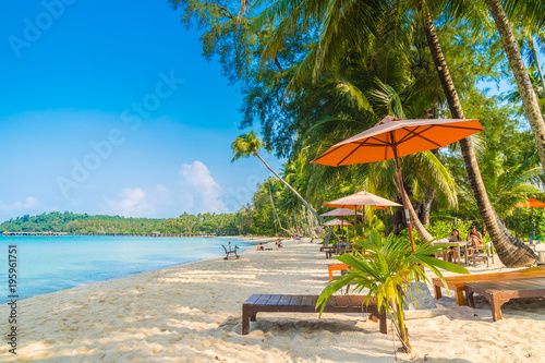 Foto op Plexiglas Indonesië Umbrella and chair on the beach and sea