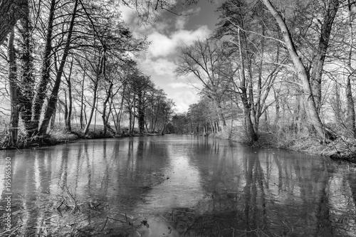 rowy-przeciwczolgowe-wedkarstwo-rzeka-potok-steinfeld-czarny-bialy