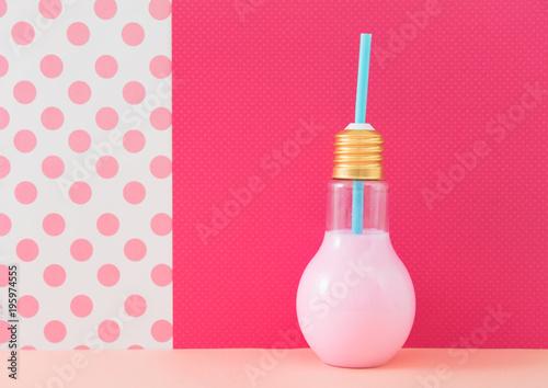 Fotografie, Obraz  電球型の容器に入ったジュース