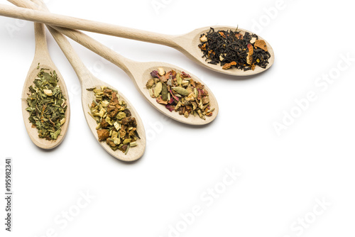 Photo  variety of tea blend on wooden spoon on white background with copy space