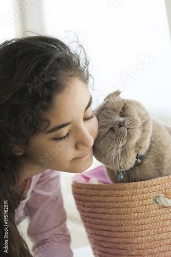 Fotografie, Obraz  Kız çocuğu ve scottish fold kedi