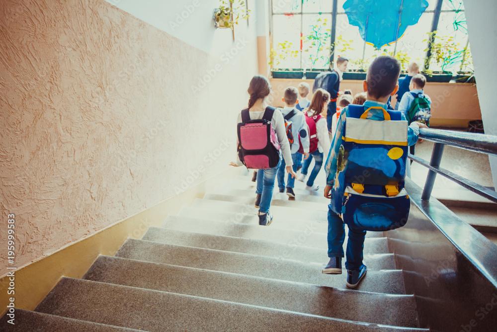 Fototapety, obrazy: Pupils going on break