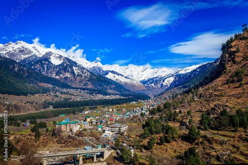 Foto op Plexiglas Donkerblauw View of Manali situated at a height of 6260 feet above sea level,it is one of the most popular, beautiful and awe-inspiring hill stations in India