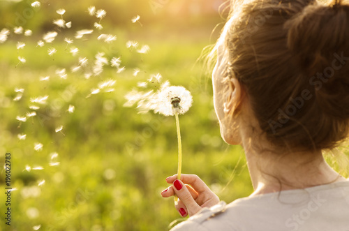 Photo sur Aluminium Pissenlit Woman blowing dandelion