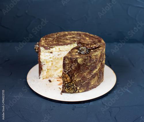 Plakat Okrągłe ciasto z kawałkiem w środku, czekolada smaczna.
