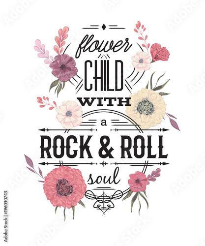 Typografia plakat z kwiatami w stylu przypominającym akwarele. Inspirujący cytat. Dziecko Flower z duszą rock and roll. Projekt koncepcyjny na t-shirt, druk, karty. Vintage ilustracji wektorowych