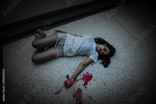 Fotografia Beautiful asian woman holding knife in hand,Murder crime concept,Blood on the bo