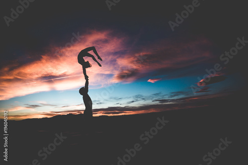 Fotomural acrobatics silhouette in the sunset yoga