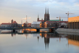 Most Pokoju we Wrocławiu przed zachodem słońca, budynki uczelni, inrfastruktura.