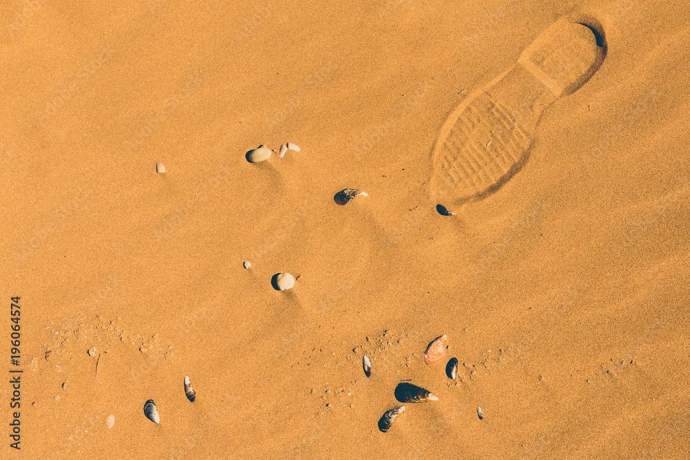 Fototapeta Fußspuren im Sand am Meer in Marokko
