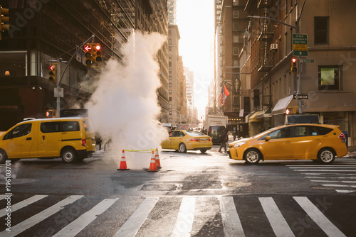 La pose en embrasure New York TAXI Manhattan morning sunrise view with yellow cabs